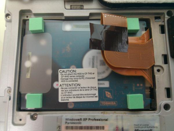 하드디스크 커버를 연 상태. 하드 디스크가 뒤집혀 있습니다. 나중에 젠더를 꽂을 때도 이와 같이 뒤집힌 상태가 되도록 꽂아야 합니다