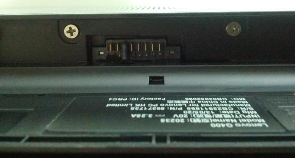배터리 제거 후 연결부를 들여다보면 이렇게 두 개의 나사가 있습니다.