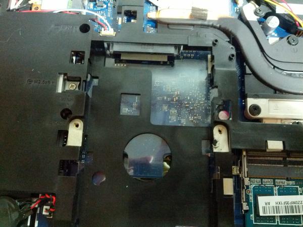하드 디스크를 가이드째로 분리해 낸 후. 내부는 저렇게 생겼습니다. 다시 저 자리에 SSD 를 장착할 것입니다.