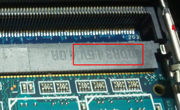 이처럼 소켓에는 DDR3 1.5V 라고 양각되어 있습니다.