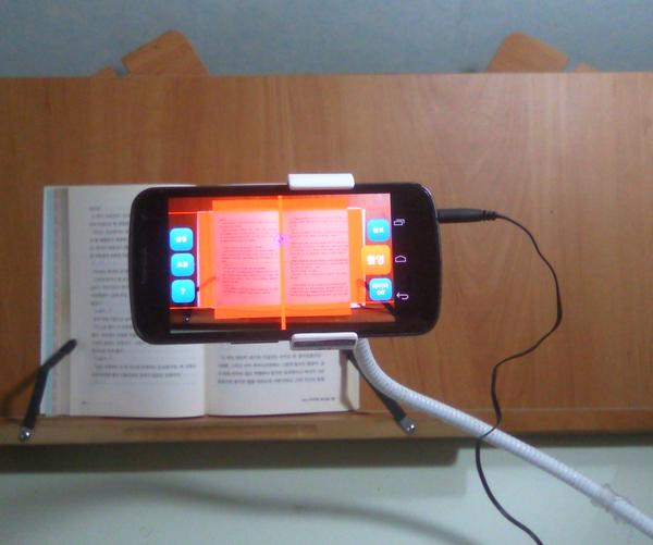 독서대 위에 책을 올려놓고 여기에 맞추어 구즈넥을 조정한 화면. 이처럼 조정하면 화면을 보면서 스캔을 할 수 있어 편리하다.